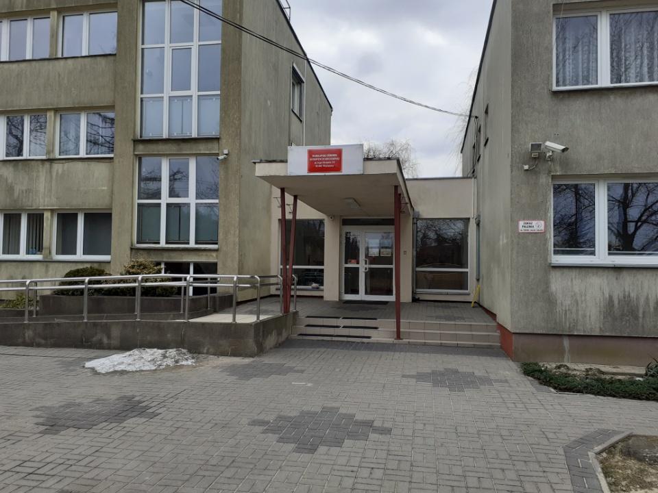 Zdjęcie przedstawia wejście główne do budynku siedziby WOIK przy ul. 6 Sierpnia 1/5 w Warszawie, w którym pracuje Zespół specjalistów Działu Interwencji Kryzysowej