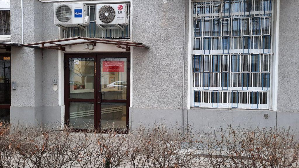 Zdjęcie przedstawia wejście do budynku siedziby Punktu Interwencyjnego przy Pl. Dąbrowskiego 7 w Warszawie